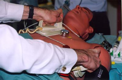 Přiložení pádel defibrilátoru při elektrické kardioverzi